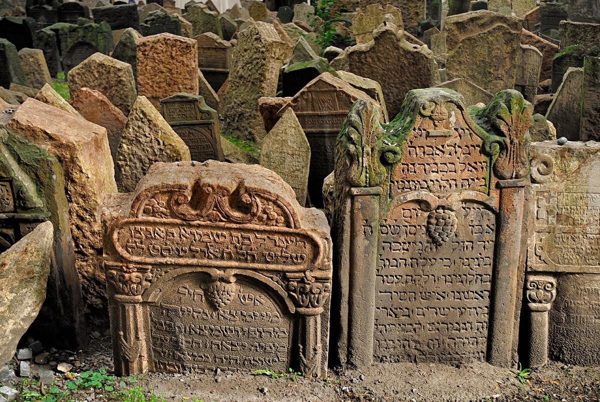 El antiguo cementerio judío en Praga, República Checa