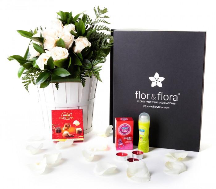 Caja regalo 10 rosas blancas + Nestlé + Durex_caja-negra-pequeña-+-10-blancas-+-bombones-+-durex-+-velas