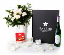 Caja regalo 10 rosas blancas + vino blanco + regalo