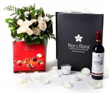 Caja regalo 15 rosas blancas + vela + vino Rioja + regalo
