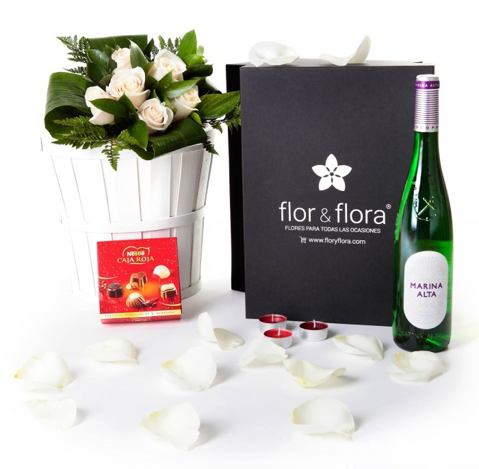 Caja regalo 6 rosas blancas + Nestlé + Durex + vino blanco_caja-pequeña-negra-+-6-blancas-+-bombones-+-blanco-+-velas