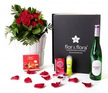 Caja regalo 10 rosas rojas + durex + vino blanco + regalo